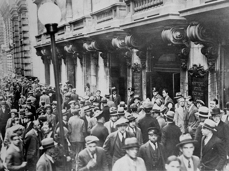 People crowd outside the New York Stock Exchange on October 29, 1929.
